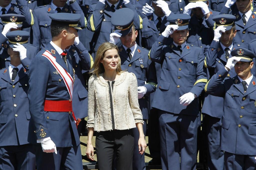 Letizia, rodeada de militares. (GTRES)
