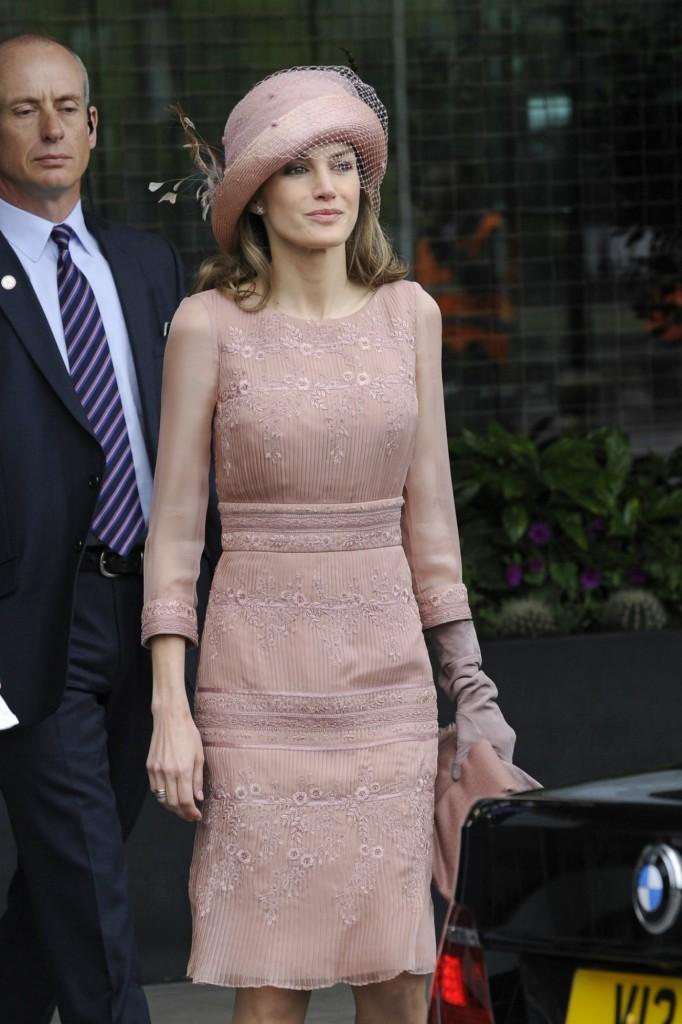 La primera vez que estrenó el vestido. En la boda de Kate Middelton en abril de 2011. Fijaos en los guantes (GTRES)