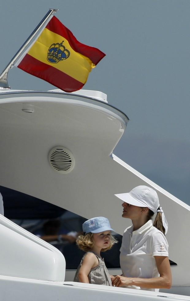 Letizia y su hija mayor en el verano de 2008 cubierta con gorra y gafas de sol