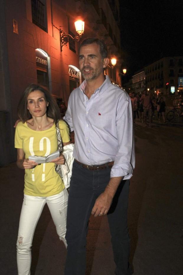 Letizia con su marido el rey y con pantalones rotos. (EFE)