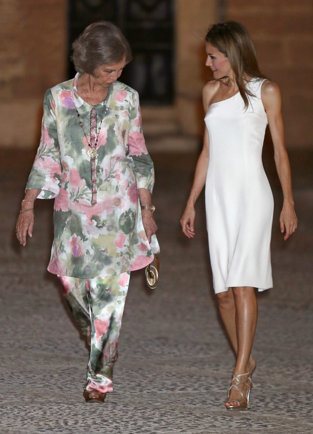 Parece a la reina Sofía le gustan las sandalias de Letizia. (GTRES)