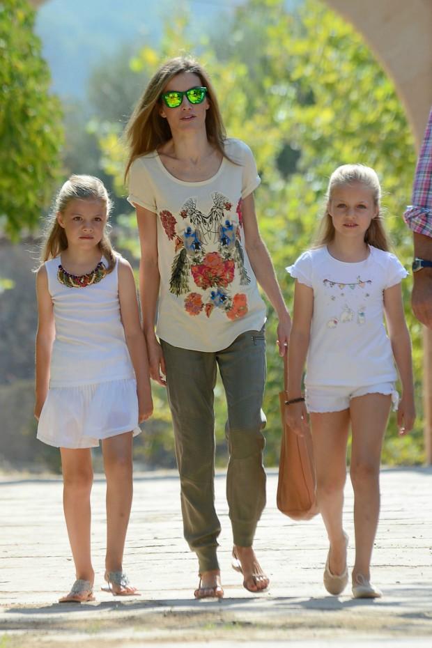La reina, con gafas de sol de espejo, y sus hijas (GTRES)