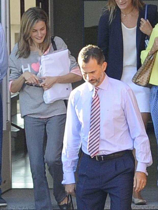 Los Reyes saliendo del colegio de sus hijas. (GTRES)