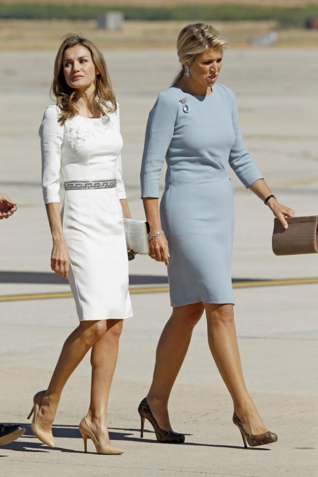Con Máxima de Holanda en septiembre de 2013. En aquella ocasión Letizia llevó el vestido con cinturón. (GTRES)