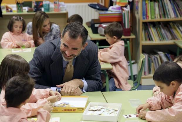 El rey riéndose con un grupo de niños (Lavandeira jr/ EFE)