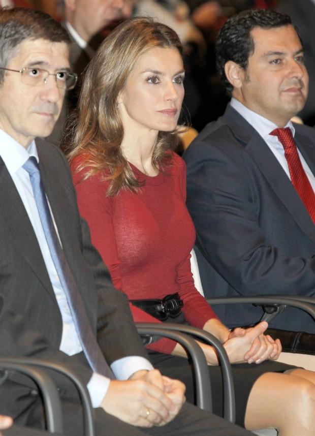 Letizia en un acto en Vizcaya en 2012. Si os fijáis se le transparenta el sujetador. (GTRES)