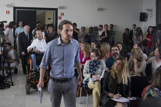 Pablo Iglesias, haciendo un paseillo digno de la pasarela Cibeles: vaqueros, camisa de cuadros, barba de tres días y su inconfundible coleta. (GTRES)