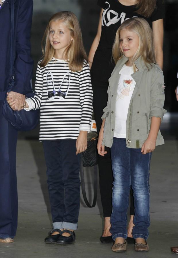La infanta Sofía le da en esta foto un repaso de estilo a su hermana (GTRES)