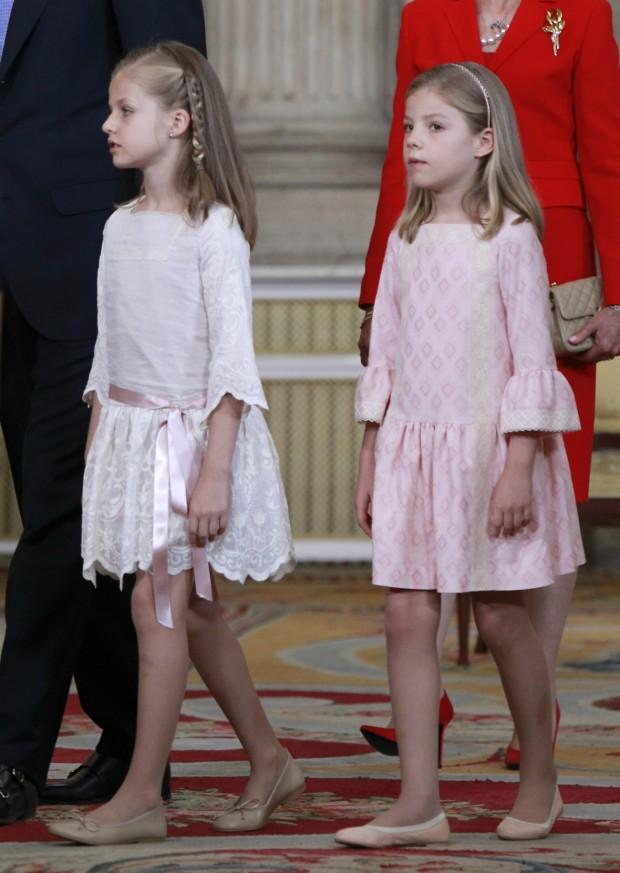 El día de la abdicación de su abuelo, Leonor apareció con este vestido, que yo creo que le queda como corto y seguro que vale un pastón. (GTRES)