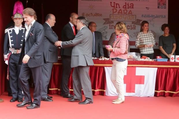 Biogte Arrocet (izquierda) tras recibir de manos de Letizia la banderita de la Cruz Roja. (GTRES)