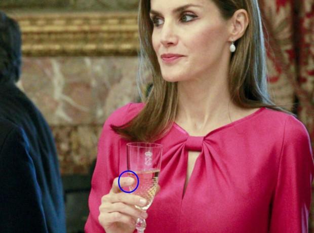 En el círculo azul veis el detalle del dedo índice de la reina mordisqueado (GTRES)