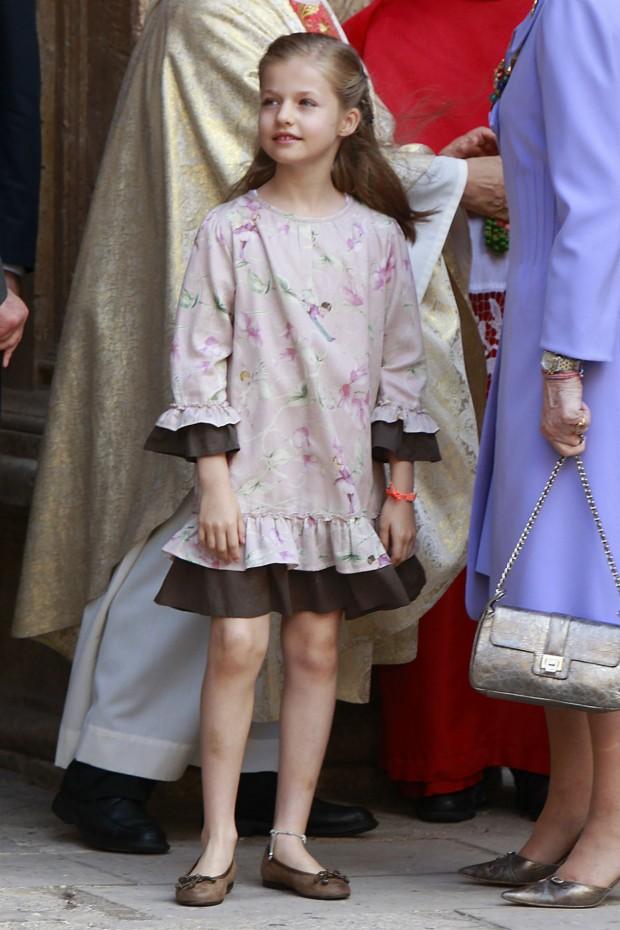 Un estilismo en el qué parece que a la niña le falta algo. Lo que le sobran a la pequeña Borbón son moratones en las piernas (GTRES)