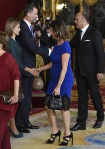 Una de las reinas de las mañanas saludando a la reina de España. ¿Demasiado apretada Ana Rosa? (GTRES)
