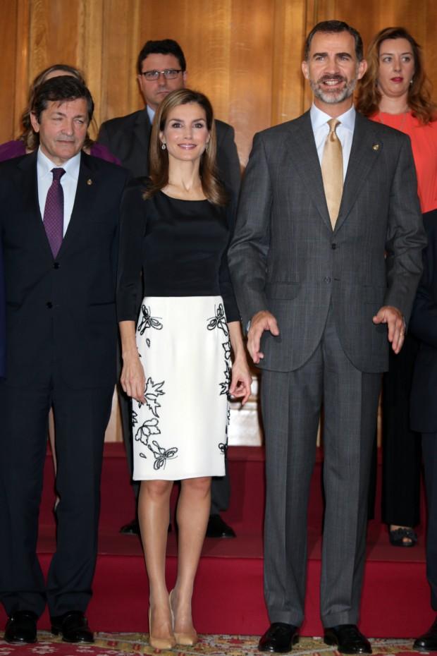 El señor de al lado de Letizia ¿Qué es lo que le ocurre? ¿Tiene sueño? (GTRES)