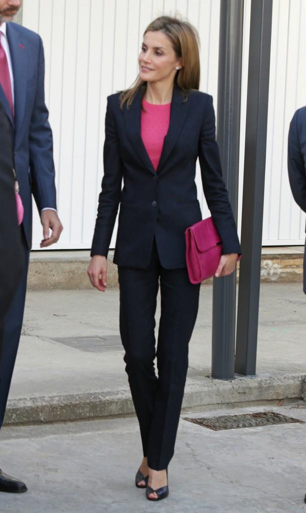 Letizia, con cara de felicidad y su jersey de topitos fucsia de Hugo Boss. Me da que sin medias ha tenido que pasar frío en los pies.  En Madrid ya hace bastante fresco. (GTRES)