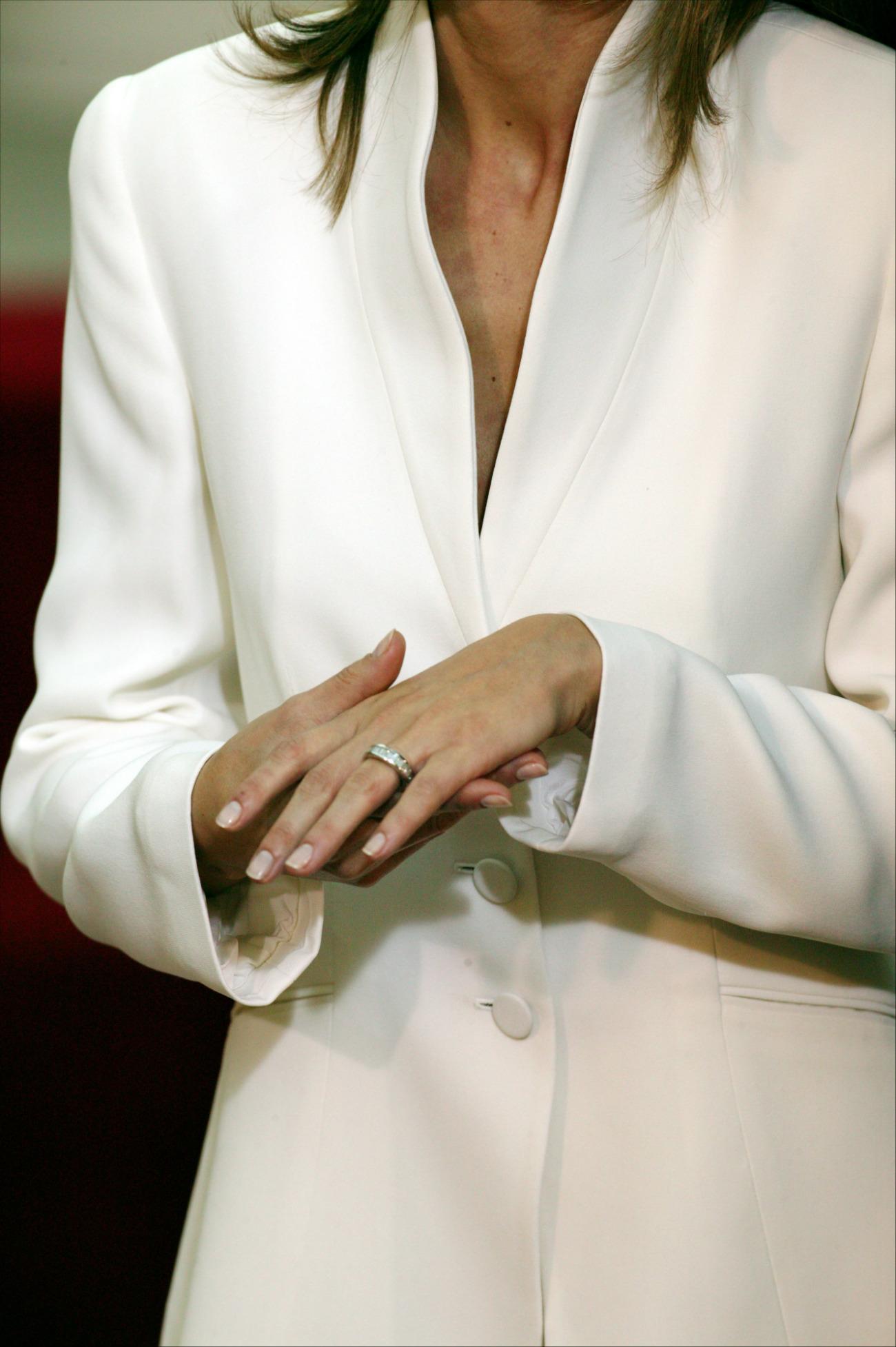 Pinchad en la foto para ver el anillo. ¡Qué bien tenía las manos Letizia cuando era periodista! (GTRES)