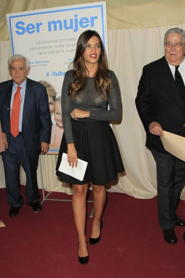 Sara, con su minifalda y su jersey transparentoso. (GTRES)