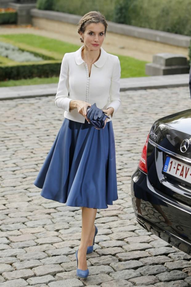 Letizia con una de sus tantas chaquetas lady like  en blanco de Varela