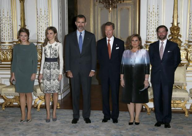 Foto de familia con los Grandes Duques de Luxemburgo, su heredero y esposa. El vestido de Letizia es precioso, pero lástima de bolso. Ampliad la foto para apreciar los detalles. (GTRES)