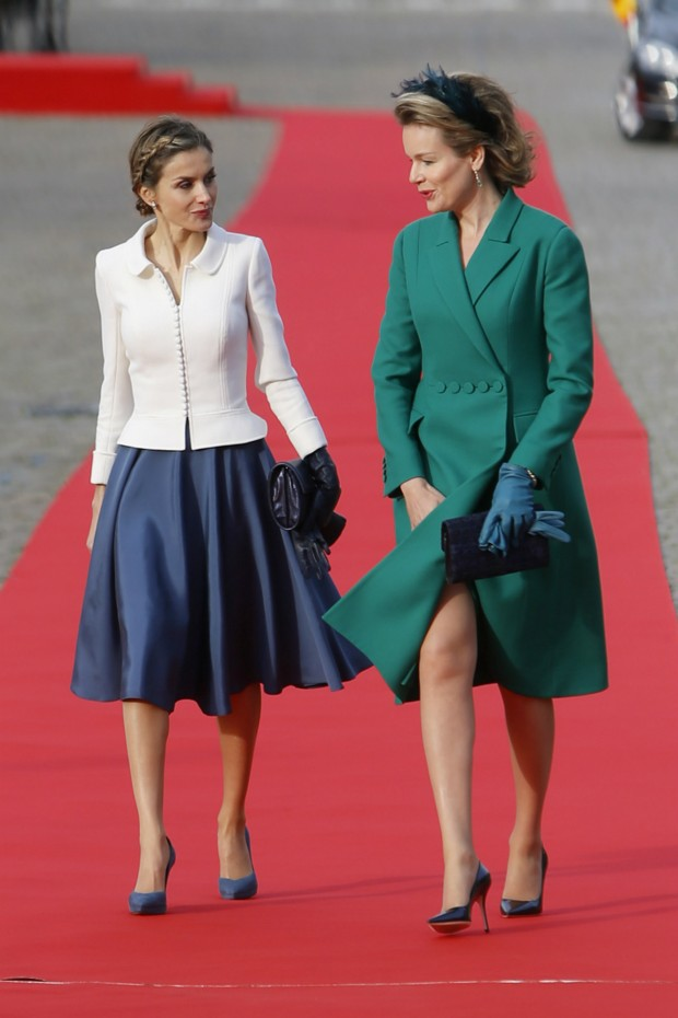 Cuidado, Matilde, con el viento. Ampliad la foto y mirad los botones. Ambas van rarísimas vestidas. (GTRES)