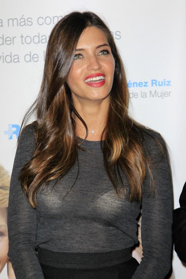 Sara Carbonero, mostrando, más si cabe, todos sus encantos. (GTRES)