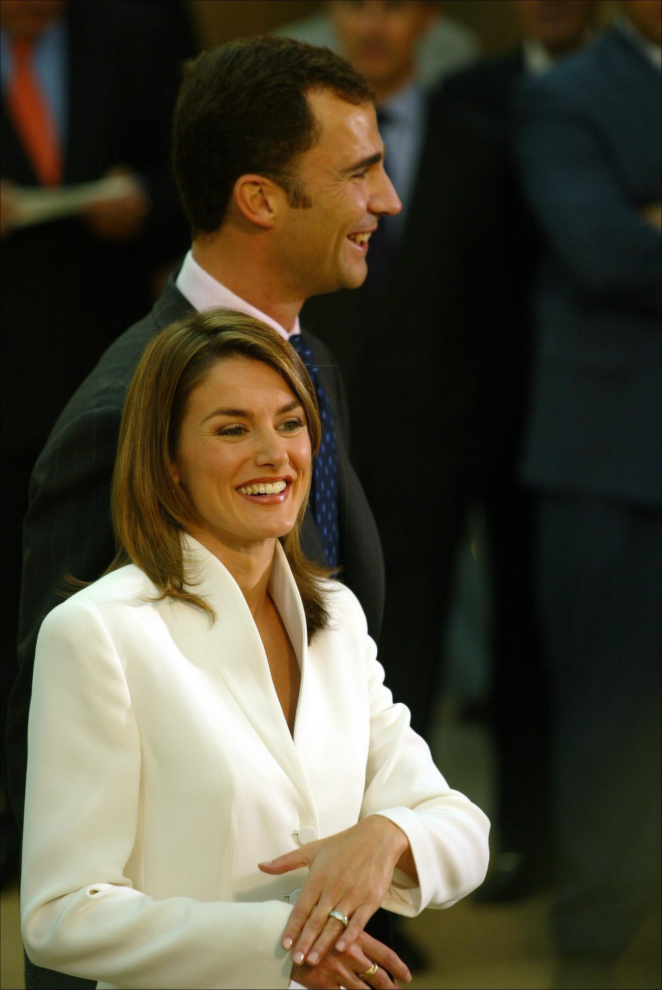 Letizia, radiante y feliz enseñando su anillo a la prensa hace ya unos años. (GTRES)