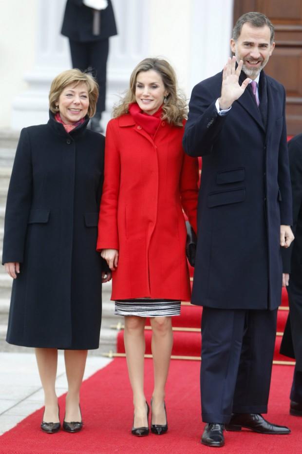 ¿Por qué esa bufanda roja? ¿Se creé Papá Noel? Ampliad la foto para ver el último botón del abrigo a punto de reventar. (GTRES)