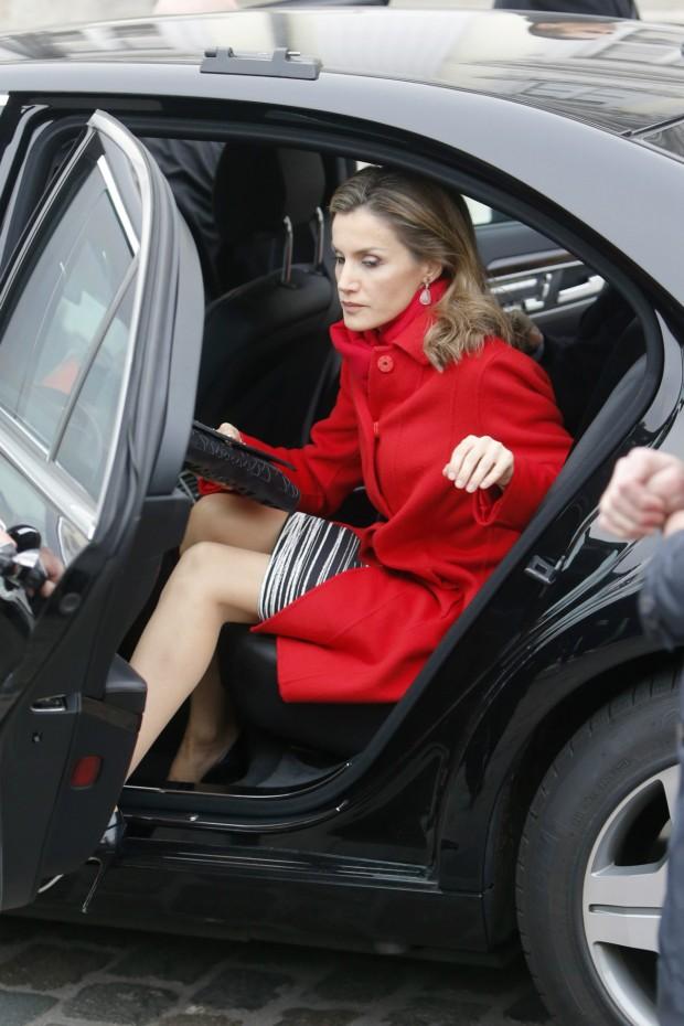Letizia tiene una 'bajada de coche' digna de una diva. Muy digna, al estilo de Lady Di. (GTRES)