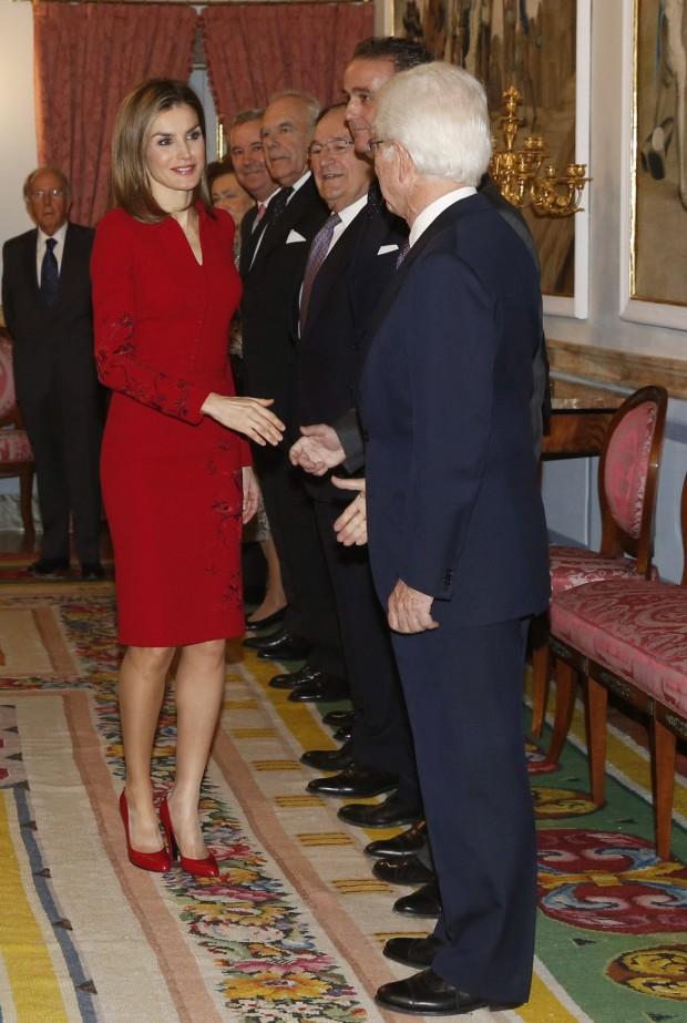 Letizia, saludando a la aristocracia. (J.J. GUILLÉN /EFE)