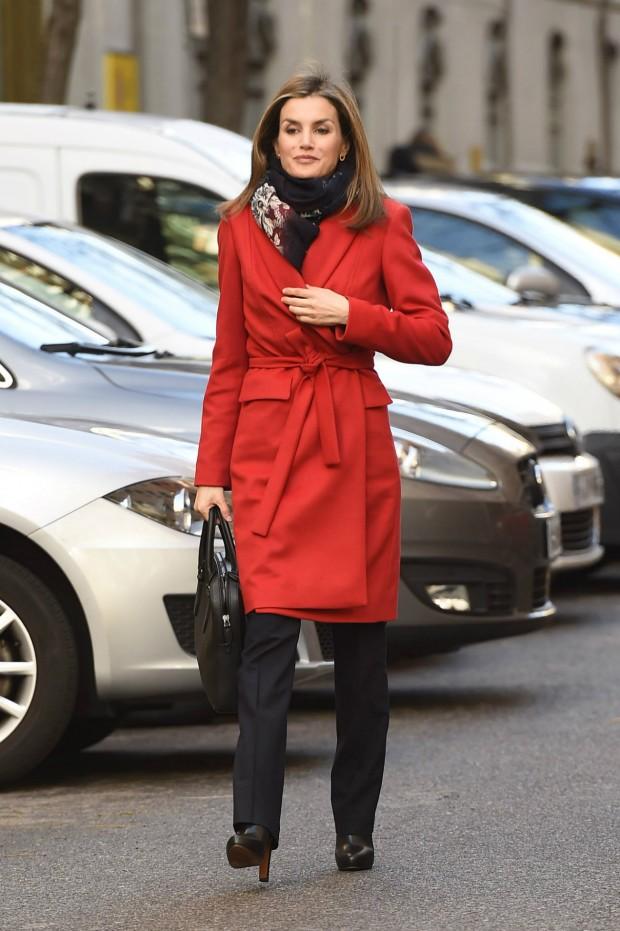 Pelo con volumen, fulard contra el frío, maletín y botines. (GTRES)