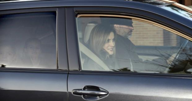Leonor y Sofía en el asiento de atrás. No, no son un espejismo. (GTRES)