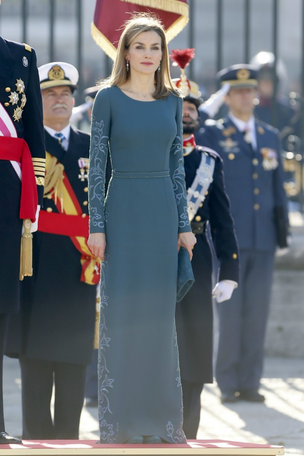 Hace un año, ideal, con vestido en doble crepe, verde ópalo con bordados y pedrería de Varela