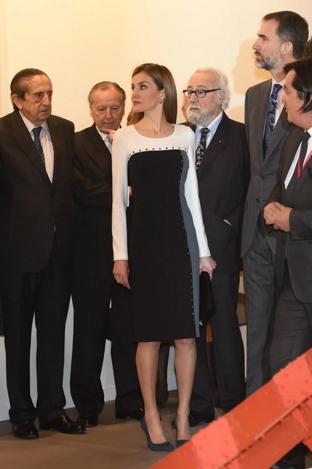 el año pasado la Reibna llevaba un vestido tubo geométrico de Varela