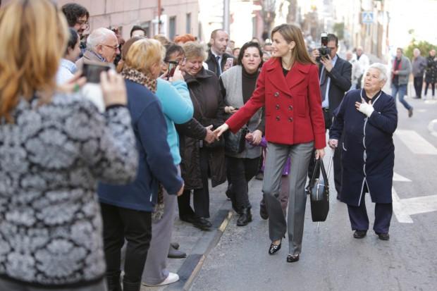 Letizia, dándose un baño de multitudes. No perdáis de vista a la señora de la derecha. (GTRES)
