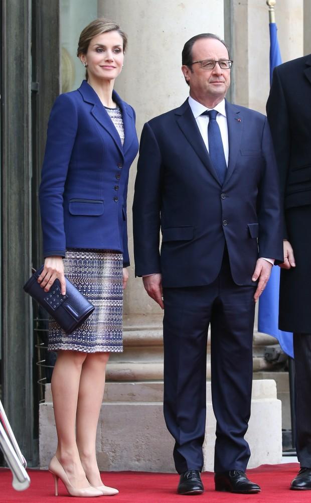 Hollande agasajó a Letizia en su última visita a París un foulard que figura en la lista de  regalos