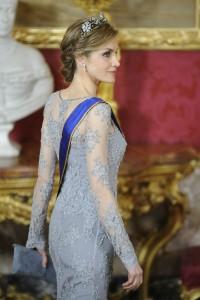 El vestido es una preciosidad, aunque a Letizia le haga muy delgada. Fijaos en las mangas, una delicia. (GTRES)