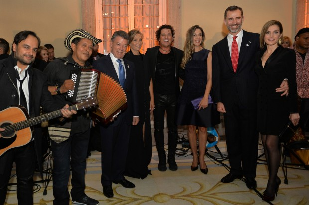EL rey cogiendo a 'su chica' junto a Carlos Vives y los músicos que le acompañaron en el vallenato. (PRESIDENCIA DE LA REPÚBLICA DE COLOMBIA)