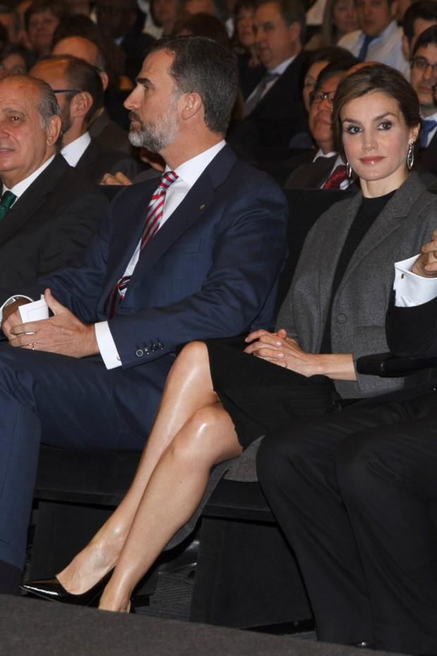 Las brillantes piernas de Letizia, por cierto, qué buen cruce de piernas tiene la reina. (GTRES)