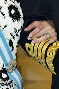 El anillo de brillantes de Bulgari y su manicura en tono porcelana. (GTRES)