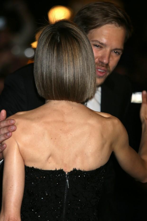 El peinado de Letizia por detrás y los músculos de su espalda. Fijaros que tiene purpurina en la piel. (GTRES)