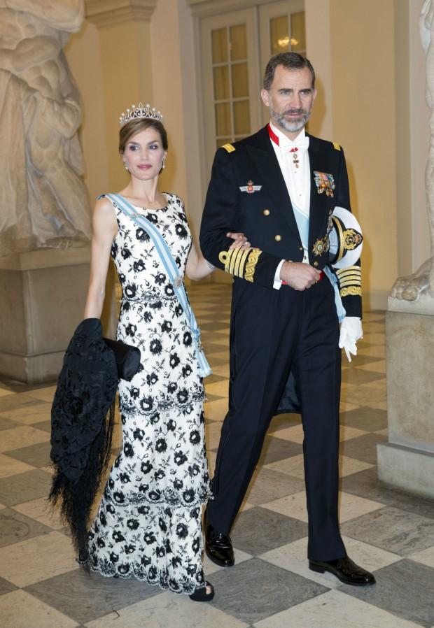 Una pareja de guapos y un impresionante mantón de manila. (GTRES)