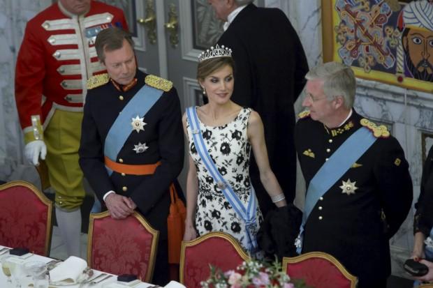 Muy bien flanqueada por el Gran Duque de Luxemburgo y el rey de los belgas. (GTRES)