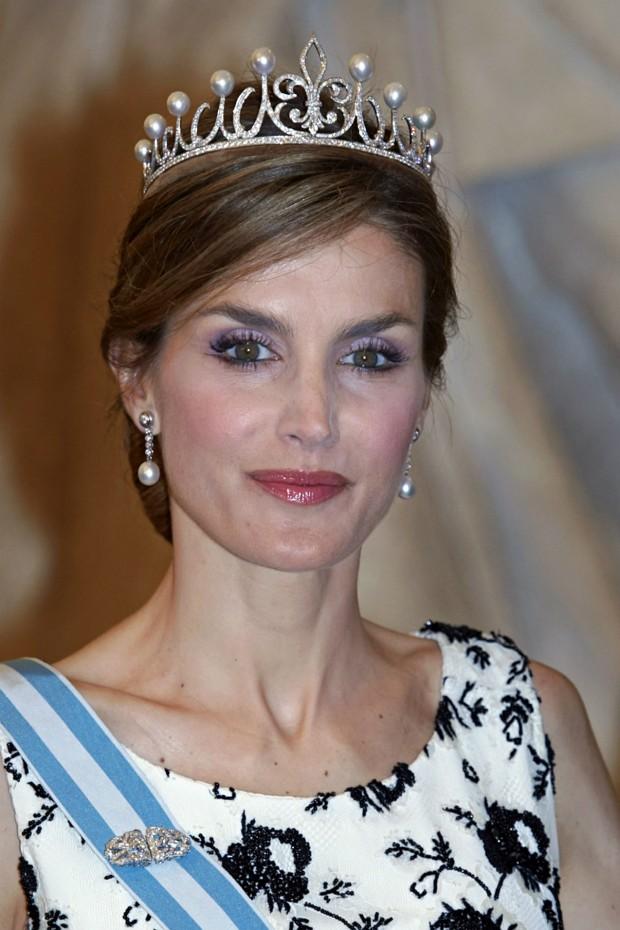 La impresionante tiarade la flor de lis, regalo de su marido, Felipe VI. (GTRES)
