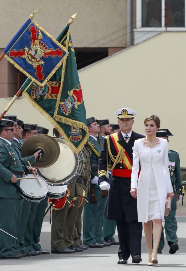 Abrigo blanco impoluto con aplicaciones de Felipe Varela, en un acto militar