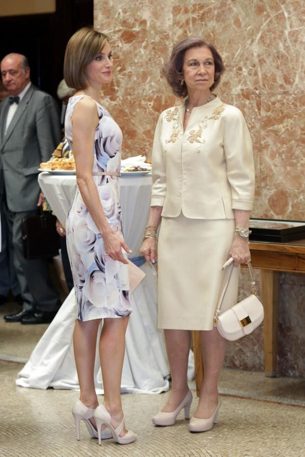 Atención a los taconazos de Letizia. No creo que las reinas probaran los canapés de detrás. (GTRES)