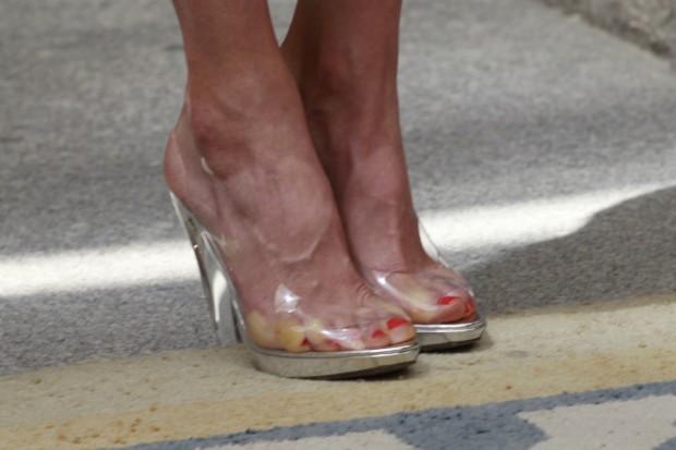 Los zapatos de Cenicienta. Sufro con verle los dedos aprisionados en su calzado de plástico. (GTRES)