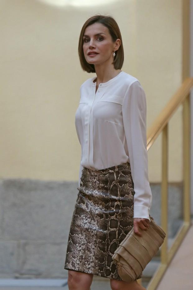 Letizia luce blusa blanca  combianda con su falda de pitíon