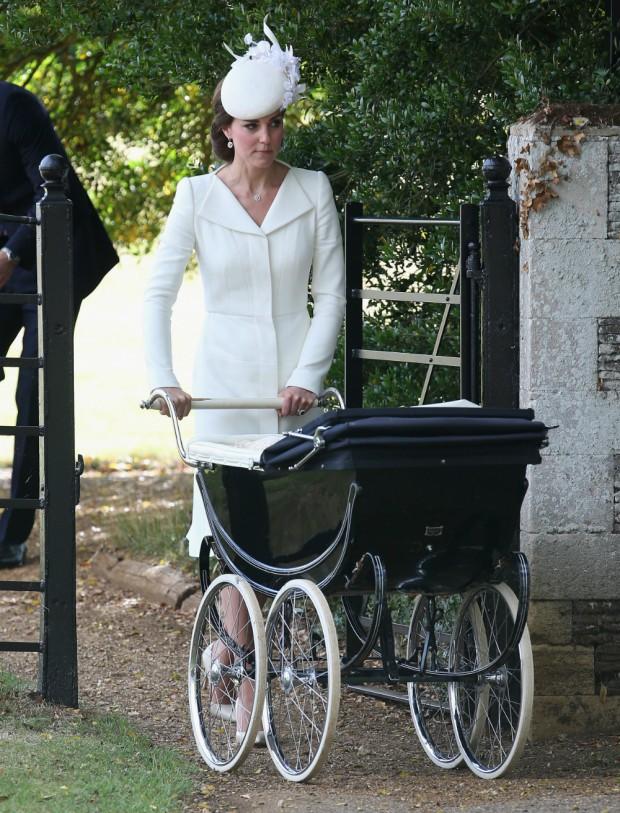 A Kate Middelton el cochecito le queda pequeño. Es muy bajo para su estatura. (GTRES)
