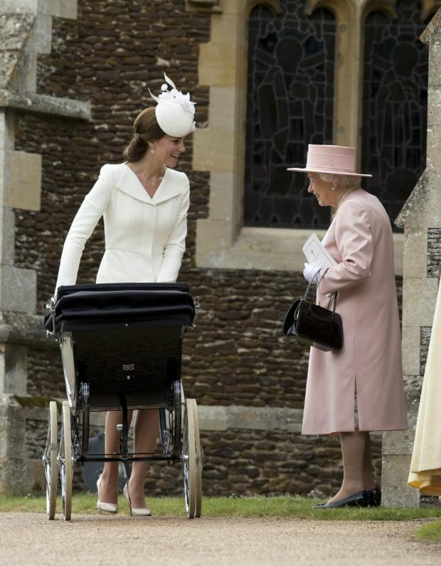 La reina Isabel II sonriendo a su biznieta. (GTRES)