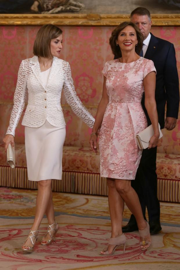 Va más joven la primera dama de Rumanía que Letizia. Su vestido es precioso y el maquillaje, también. (GTRES)